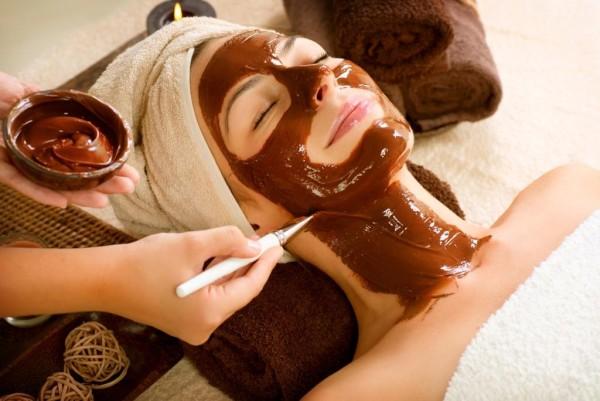 Chocolate Mask Facial Spa Applying