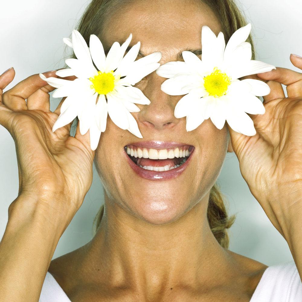 Фото женщина закрыла лицо цветами