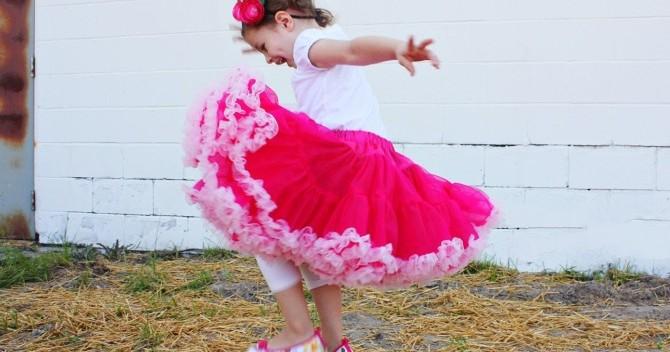 маленькой девчонке сняли юбку