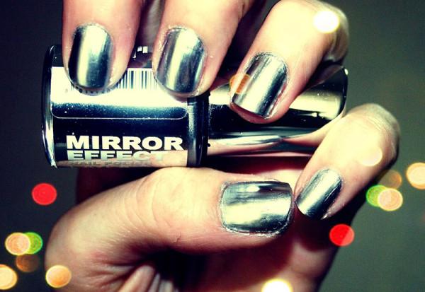 chrome-nail-polish-mirror-effect