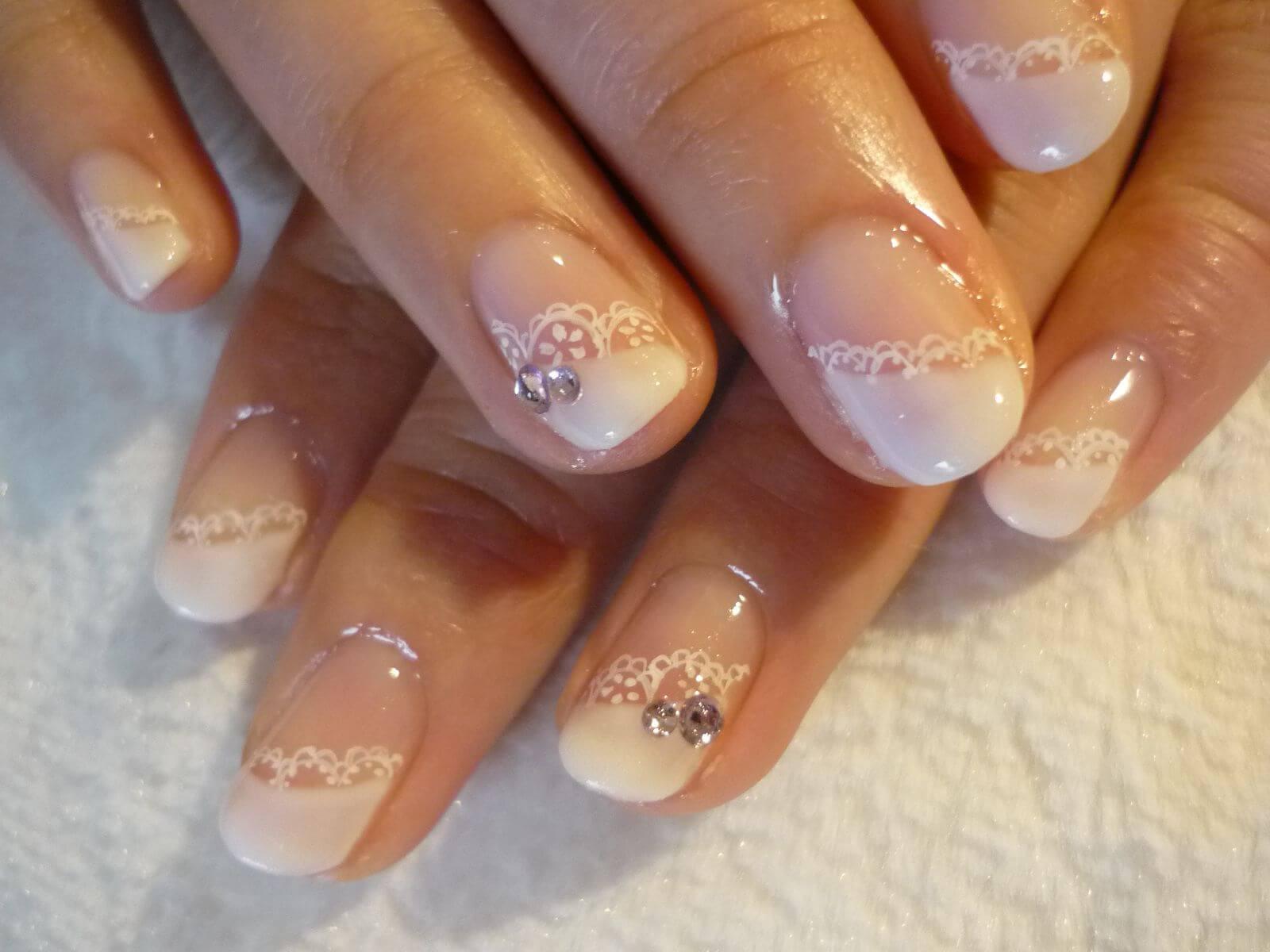 Свадебный френч с рисунком на коротких ногтях