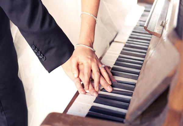 para_ruki_ukrasheniya_svadba_pianino_klavishi_1680x1050