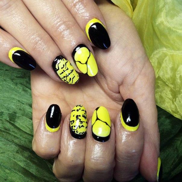 Маникюр чёрный с жёлтым
