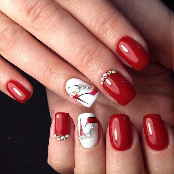Красный маникюр со стразами на короткие ногти фото