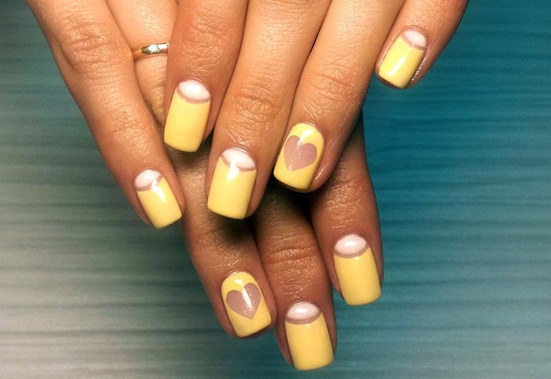 Желтый шеллак на ногтях