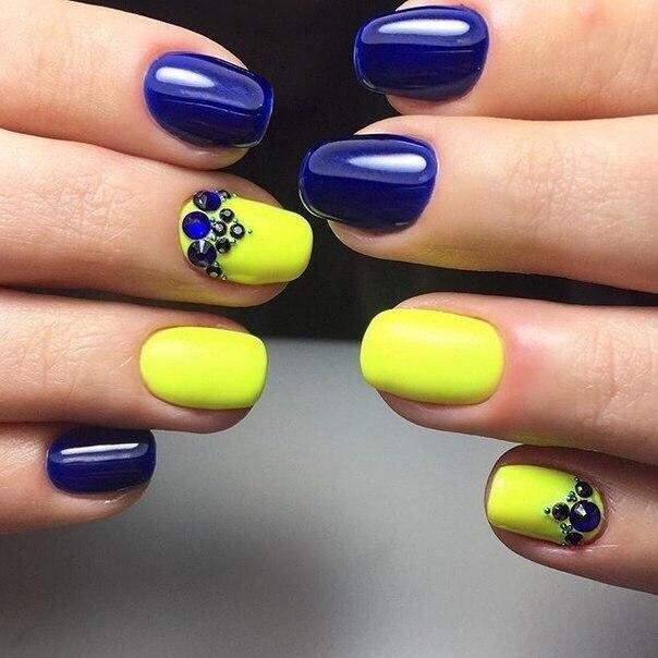Маникюр голубого с желтым