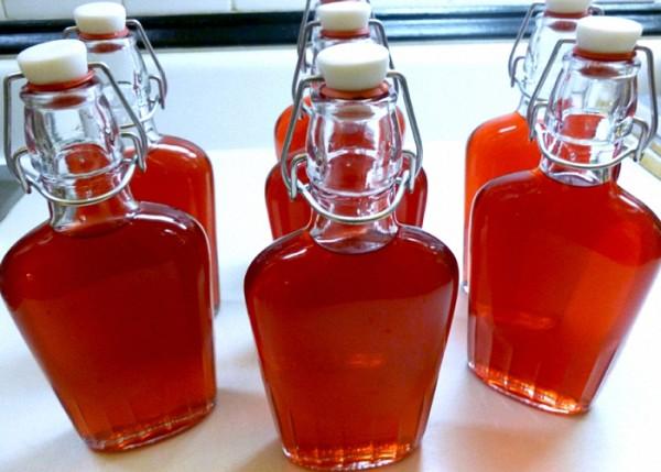 domashnee-vino-iz-krasnoj-smorodiny-perelit-v-butylki