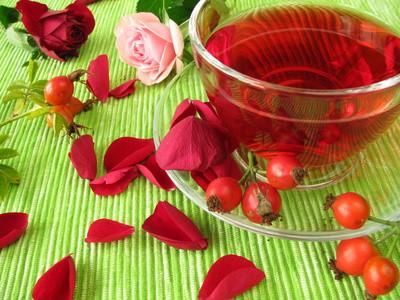 Früchtetee mit Hagebutten und Rosenblüten