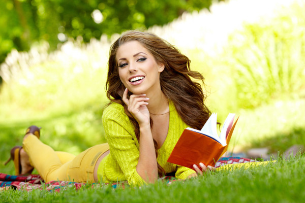 girl_grass_autumn_book_77380_5616x3744