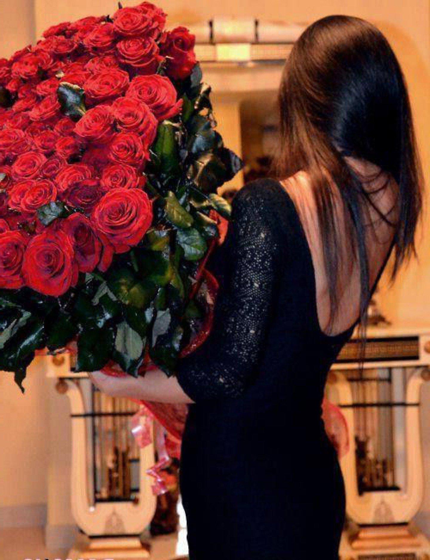 Женщина с цветами фото со спины