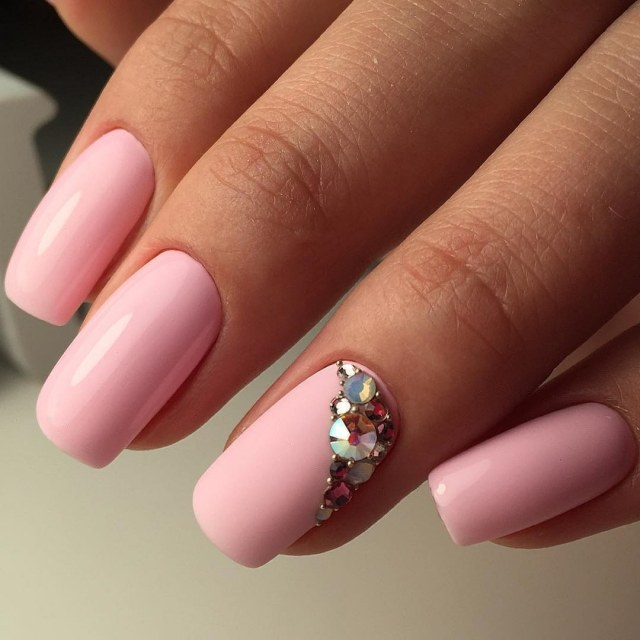 Маникюр розовый с белым безымянным