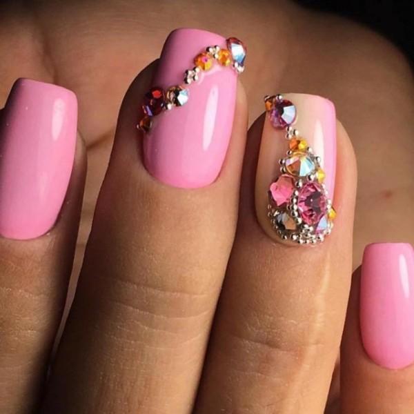 Розовый маникюр с камнями фото