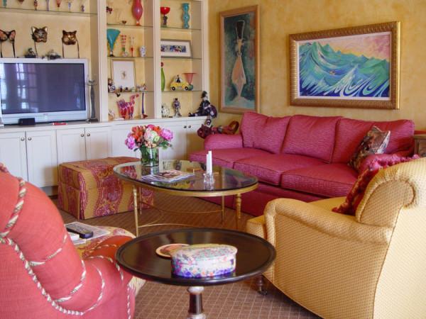 Christopher-Barson-персиковый-цвет-в-интерьере-гостиной-825x619