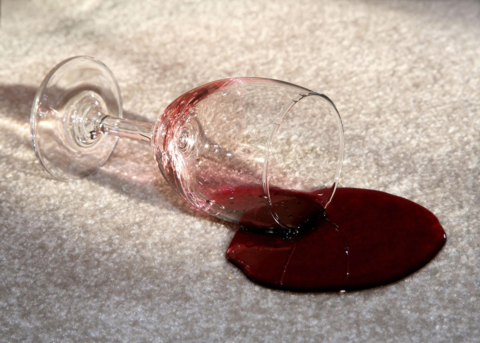 Как удалить пятна от красного вина на ковре фото