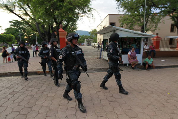 epa04435254 Mexican Federal Policemen patrol the streets of Iguala, Mexico, 06 October 2014. Mexican National Public Safety chief, Monte Alejandro Rubido, reported that federal security forces took over the security of Iguala, where 43 students disappeared ten days ago in a night of violence, and disarmed the local police.  EPA/Jose Mendez