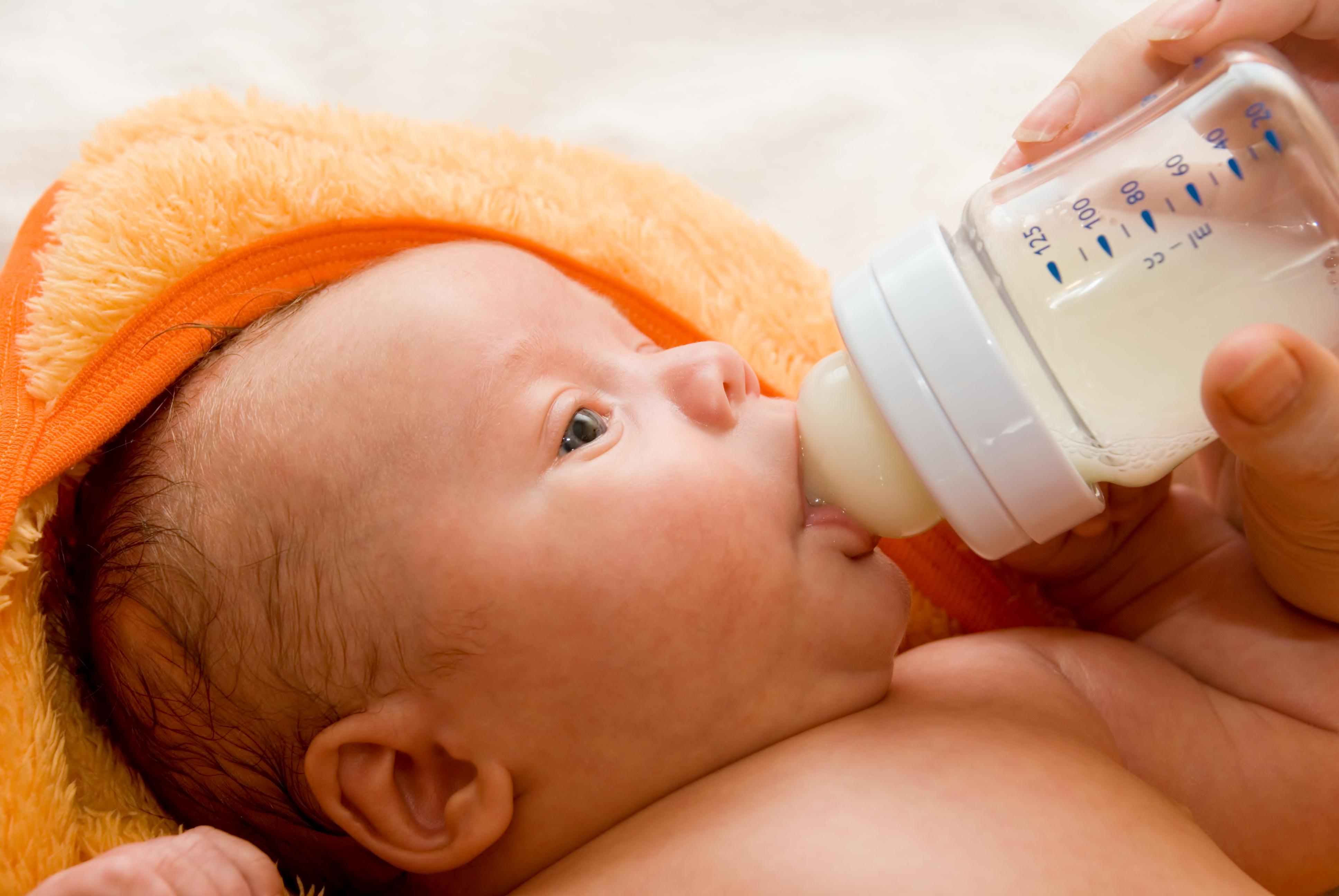 Почему месячный ребёнок плачет после кормления