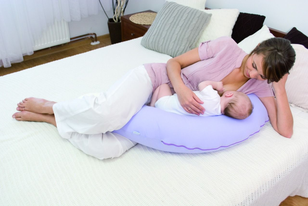 Как кормить новорожденного ребенка лежа фото