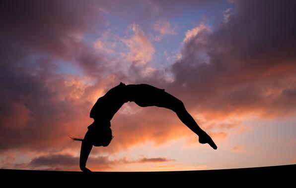 devushka-gimnastka-figura-pryzhok-salto-siluet-nebo-oblaka-z