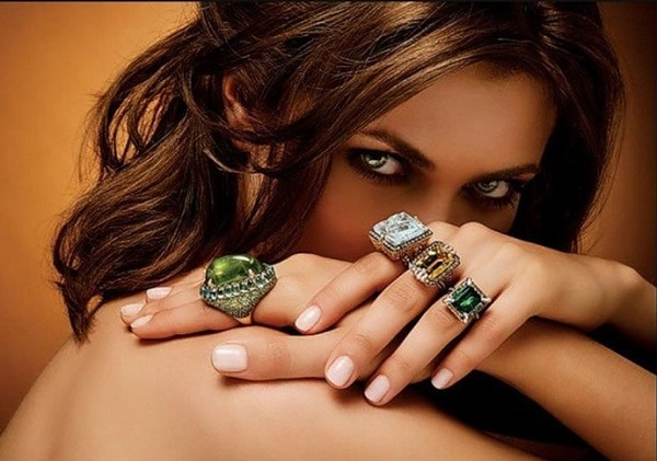 Что означает кольцо на большом пальце руки у девушек секс